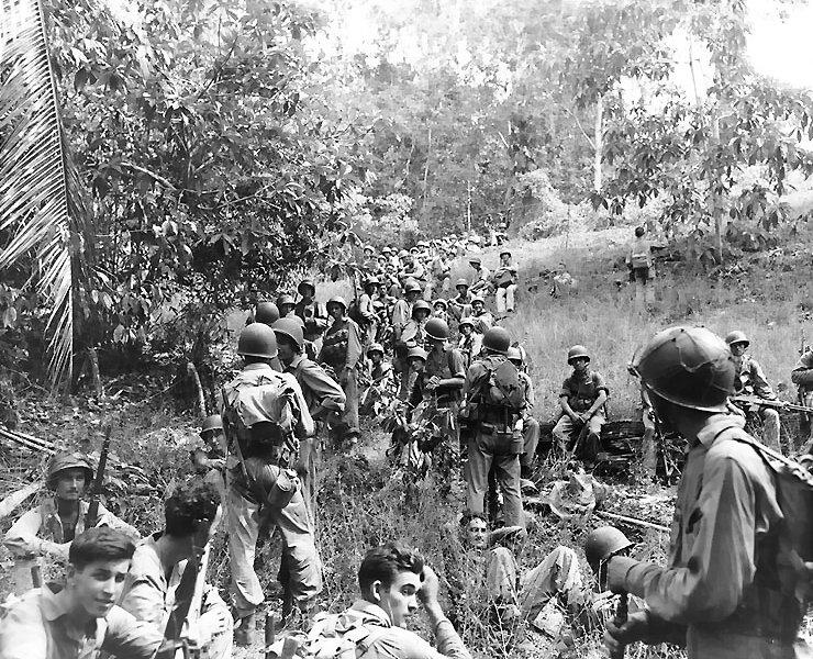Noiembrie 1942 -Pușcași Marini americani, probabil din Divizia a II-a Marină, se odihnesc pe câmp în timpul Campaniei din Guadalcanal (7 august 1942 - 9 februarie 1943) - foto preluat de pe ro.wikipedia.org