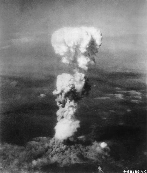 Norul ciupercă provocat de explozia aruncării primei bombe atomice, Little Boy, deasupra oraşului Hiroshima - foto preluat de pe ro.wikipedia.org