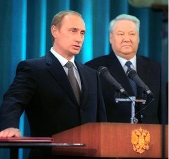 Putin taking the presidential oath beside Boris Yeltsin, May 2000 - foto preluat de pe en.wikipedia.org