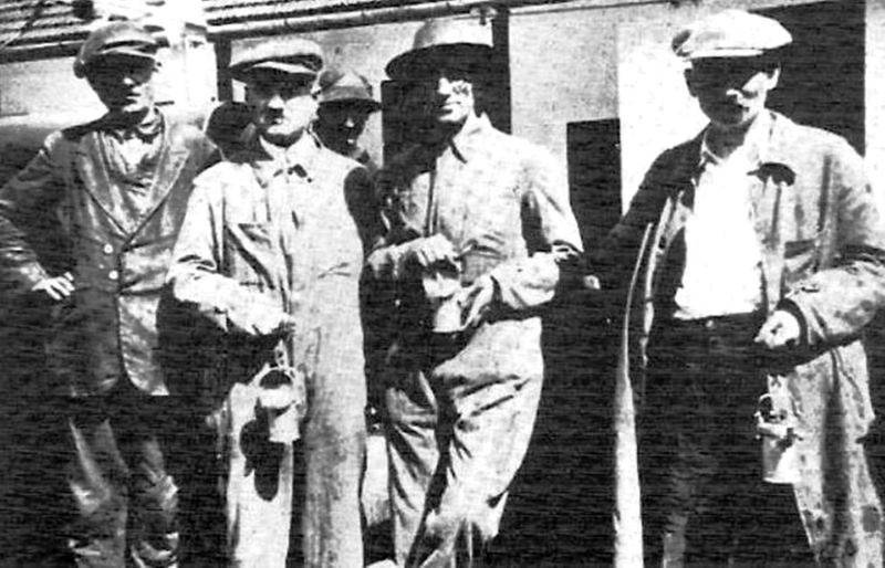 Writer Panait Istrati (second from the right) with the coal miners of Lupeni, while investigating the effects of the government clampdown - foto preluat de pe en.wikipedia.org