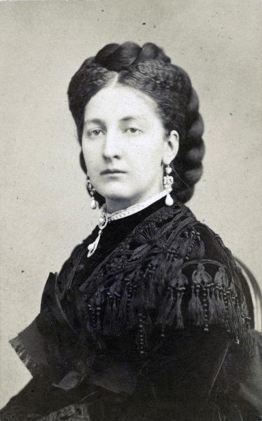 Maria Vittoria dal Pozzo (Maria Vittoria Carlotta Enrichetta Giovanna; 9 august 1847 – 8 noiembrie 1876) a fost o nobilă italiană, prinţesă della Cisterna. Căsătorită cu Ducele de Aosta, fiu al lui Victor Emanuel al II-lea al Italiei, ea a fost ultima regină a Spaniei din 1870 până la abdicarea soţului ei în 1873. Este ascendenta Prinţului Aimone, Duce de Apulia, actualul pretendent al tronului Italiei - foto preluat de pe ro.wikipedia.org