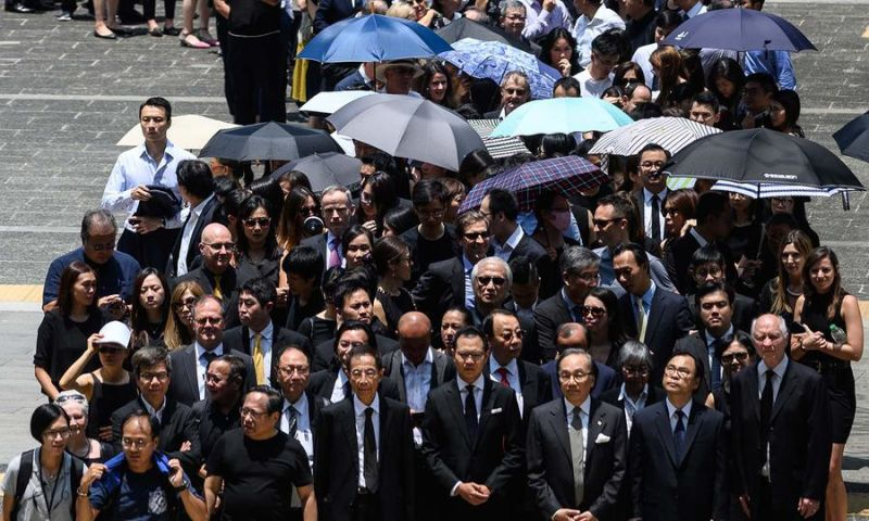 Legal professionals hold a silent march in Hong Kong on August 7, 2019 against what they claim is political persecution by the Secretary for Justice. Photo: Philip Fong / AFP - foto preluat de pe www.asiatimes.com