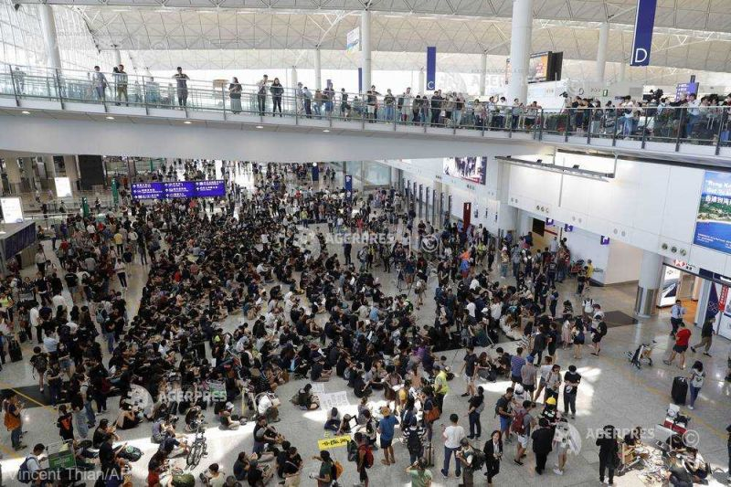 Protestele din Hong Kong (9 august 2019)  Sute de manifestanţi s-au adunat pe aeroport pentru a-i ''primi'' pe vizitatorii străini - foto preluat de pe www.agerpres.ro