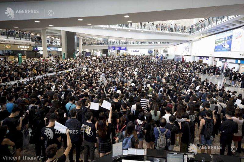 Protestele din Hong Kong (12 august 2019) - 149 de arestări, aeroportul continuă să fie ocupat de manifestanţi şi toate zborurile anulate - foto preluat de pe www.agerpres.ro