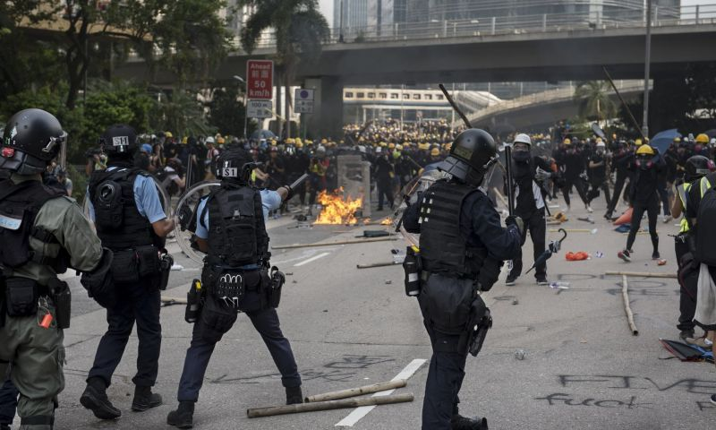 Hong Kong police and protesters clash during a march on Saturday (24 august 2019), ending a week of largely peaceful demonstrations. Photograph: Anadolu Agency/via Getty Images - foto preluat de pe www.theguardian.com