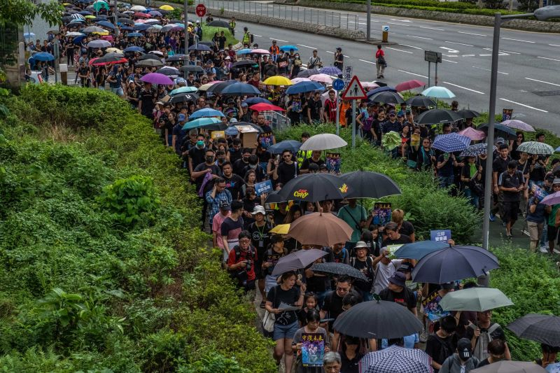 Protesters marched in Tseung Kwan O, a residential district of Hong Kong, on Sunday (Aug. 4, 2019 ) CreditLam Yik Fei for The New York Times - foto preluat de pe www.nytimes.com