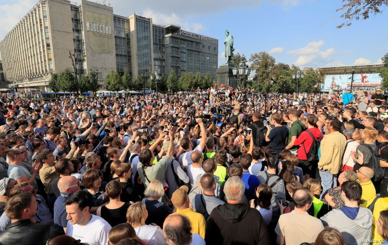 Activists attend a rally to demand authorities allow opposition candidates to run in an upcoming local election, and release protesters detained during recent demonstrations, in Moscow, Russia, Aug. 31, 2019 - foto preluat de pe www.voanews.com