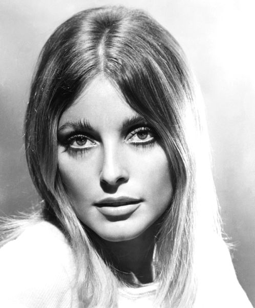 Sharon Tate (n. 24 ianuarie 1943 în Dallas, Texas; d. 9 august 1969 în Bel Air, Los Angeles, California) a fost o actriță americană, care a fost nominalizată pentru premiul cinematografic Golden Globe (Publicity photo of Tate in Valley of the Dolls, 1967) - foto preluat de pe en.wikipedia.org