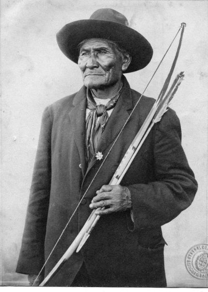 Geronimo with traditional Apache bow and arrow - foto preluat de pe en.wikipedia.org