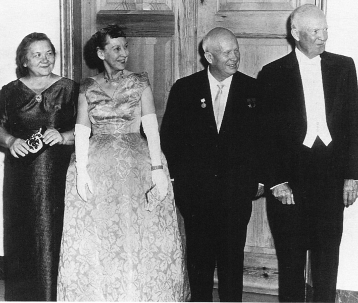 Nikita Hrușciov, Dwight Eisenhower și soțiile lor la un dineu oficial în 1959 - foto preluat de pe ro.wikipedia.org