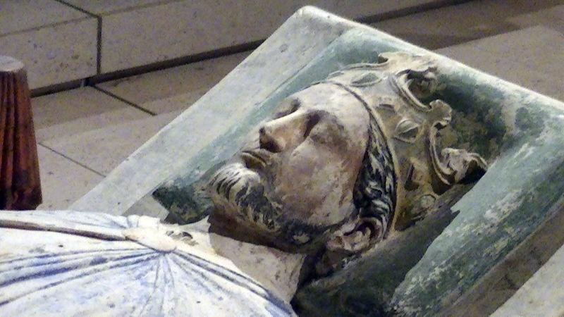 Richard I (n. 8 septembrie 1157, d. 6 aprilie 1199), a fost rege al Angliei în perioada 1189-1199. Era cunoscut și sub numele de Richard Inimă-de-Leu datorită reputației sale de mare lider militar - (Efigie (c. 1199) a lui Richard I la mănăstirea Fontevraud, Anjou) foto preluat de pe ro.wikipedia.org