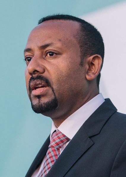 """Abiy Ahmed Ali (n. 15 august 1976, Agaro, Etiopia) este un politician etiopian care, din 2 aprilie 2018, deține funcția de prim-ministru al Republicii Federale Democratice a Etiopiei. În 2019 a fost distins cu Premiul Nobel pentru Pace """"pentru eforturile sale de realizare a păcii și cooperării internaționale și pentru inițiativa sa decisivă de a rezolva conflictul de frontieră cu statul vecin Eritreea"""" - foto preluat de pe en.wikipedia.org"""