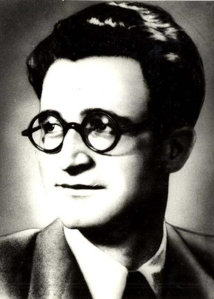 Alexandru Sahia, pe numele real Alexandru Stănescu, (n. 9 octombrie 1908, Mânăstirea, judeţul Călăraşi - d. 12 august 1937, Bucureşti) a fost un publicist şi scriitor român, de orientare socialist-comunistă, ales post-mortem membru al Academiei Republicii Populare Române în 1948 - foto preluat de pe ro.wikipedia.org