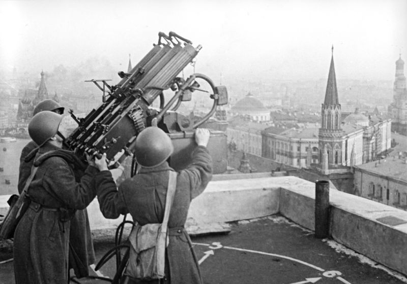 Battle of Moscow (2 October 1941 – 7 January 1942) Part of the Eastern Front of World War II - Soviet anti-aircraft gunners on the roof of the Moskva hotel - foto preluat de pe en.wikipedia.org