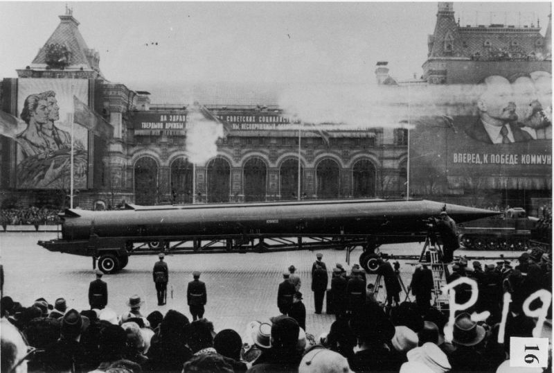 CIA reference photograph of Soviet medium-range ballistic missile (SS-4 in U.S. documents, R-12 in Soviet documents) in Red Square, Moscow - foto preluat de pe en.wikipedia.org