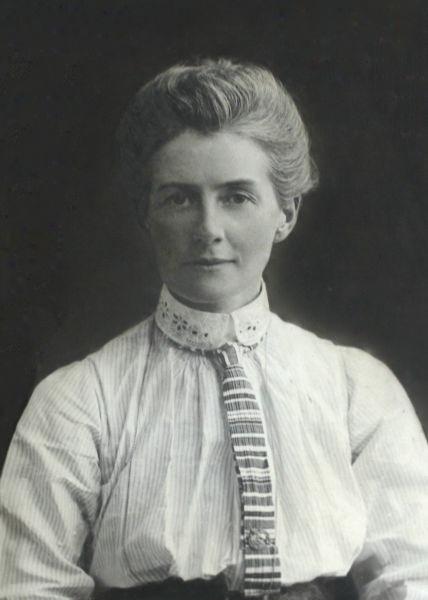 Edith Louisa Cavell (n. 4 decembrie 1865, Swardeston, Norfolk, Anglia - d. 12 octombrie 1915, Bruxelles, Belgia) a fost o soră medicală britanică, eroină a Primului Război Mondial - foto preluat de pe ro.wikipedia.org