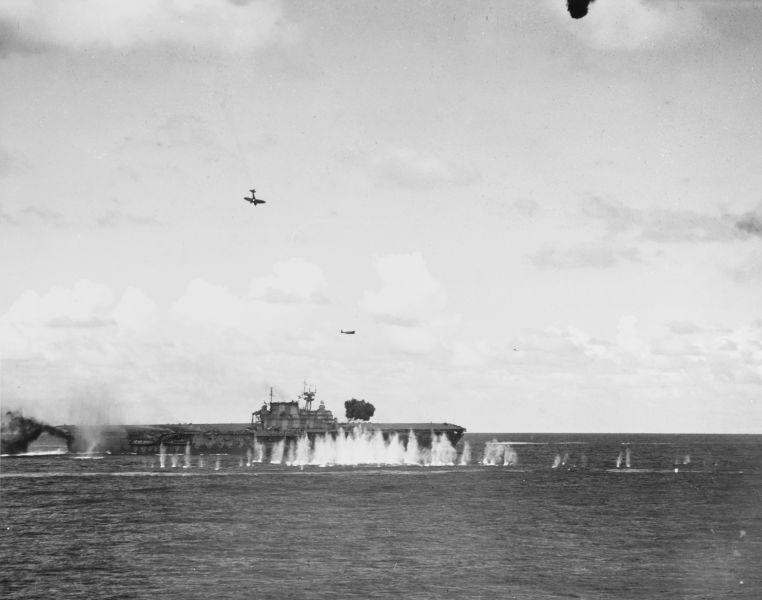 Bătălia de la Insulele Santa Cruz (25 - 27 octombrie 1942) - Portavionul Hornet atacat de avioane japoneze - foto preluat de pe ro.wikipedia.org