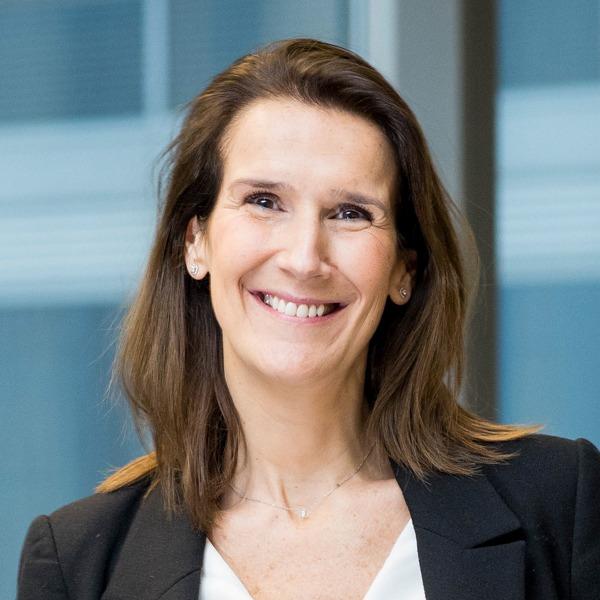Sophie Wilmès (n. 15 ianuarie 1975, Ixelles, Belgia) este o politiciană belgiană membră a partidului francofon Mișcarea Reformatoare. Pe 27 octombrie 2019, devine prima femeie șefă de guvern din istoria Belgiei. În 2014 a fost deputat federal. În 2015, ea a intrat în guvernul lui Charles Michel în calitate de ministru al bugetelor. În decembrie 2018, ea și-a asumat și Ministerul Administrației Publice - foto preluat de pe ro.wikipedia.org