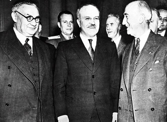 Ernest Bevin (left), British foreign secretary; V.M. Molotov (center), Soviet foreign minister, and James F. Byrnes, U.S. secretary of state (December 27th 1945 at Moscow Conference) - foto preluat de pe weebly.com
