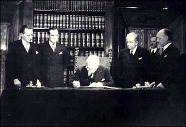 The provisional head of state, Enrico De Nicola, signing the Constitution by virtue of Provision XVIII, on 27 December 1947 - foto preluat de pe en.wikipedia.org