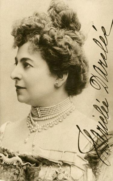 Hariclea Darclée (pe adevăratul nume la naştere Hariclea Haricli; n. 10 iunie 1860, Brăila, Principatele Unite – d. 12 ianuarie 1939, Bucureşti, România), a fost o cântăreaţă română de operă cu voce de soprană, fiind prima interpretă a rolului Floria Tosca din opera Tosca de Giacomo Puccini, premiera operei având loc la data de 14 ianuarie 1900 la teatrul Costanzi din Roma - carte poștală autografă, colecția Bibliotecii Academiei Române, Cabinetul de Stampe, foto preluat de pe ro.wikipedia.org