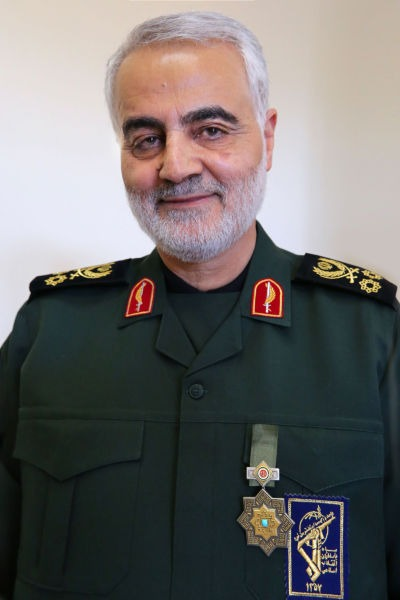 Qasem Soleimani (n. 11 martie 1957, Kerman, Iran – d. 3 ianuarie 2020, Bagdad, Irak) a fost un general-maior iranian în Corpul Gărzii Revoluționare Islamice și, din 1998, comandantul forței sale Quds - o divizie responsabilă în principal de operațiunile militare și clandestine extrateritoriale (Soleimani in his official military dress with the Order of Zolfaghar in 2019) - foto preluat de pe en.wikipedia.org