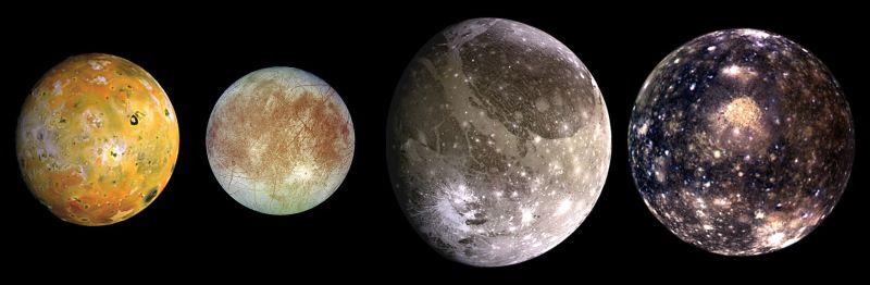 Sateliții galileeni. De la stânga la dreapta, în ordinea creșterii distanței față de Jupiter: Io, Europa, Ganymede, Callisto - foto preluat de pe ro.wikipedia.org