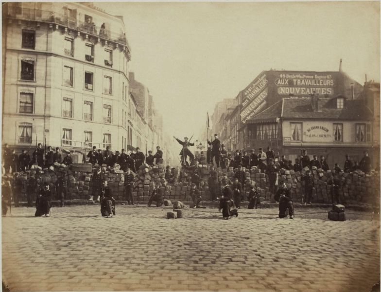 Paris Commune - A barricade thrown up by Communard National Guards on 18 March 1871 - foto preluat de pe en.wikipedia.org