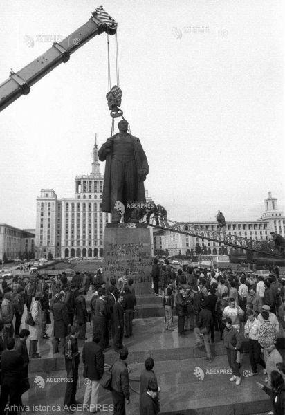 Demontarea statuii lui V. I. Lenin din fosta Piaţă a Scânteii (5 martie 1990) - foto preluat de pe www.agerpres.ro