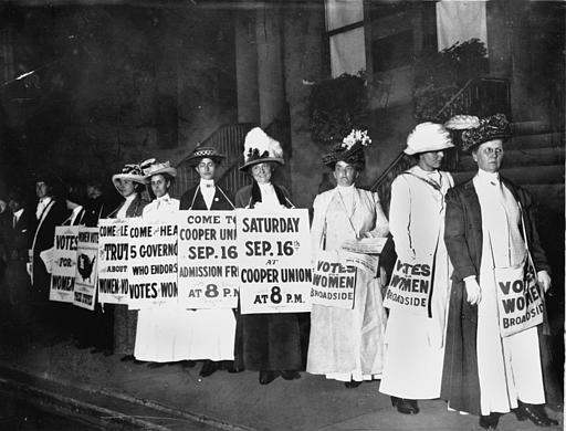 A line of women rally for women's suffrage and advertise a free rally discussing women's right to vote in Washington D.C. on Oct. 3, 1915. (AP Photo) - foto preluat de pe www.theblaze.com