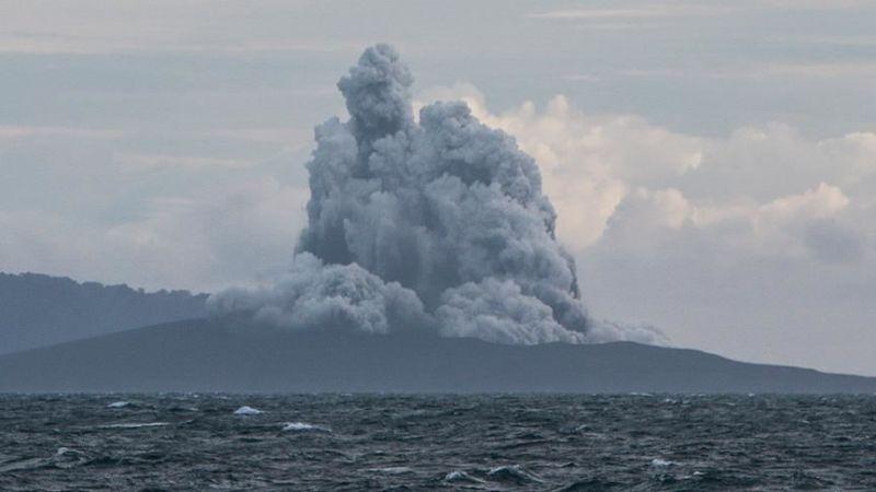 Vulcanul Anak Krakatau din Indonezia a erupt în noaptea de 10/11 aprilie 2020 - foto preluat de pe www.aa.com.tr