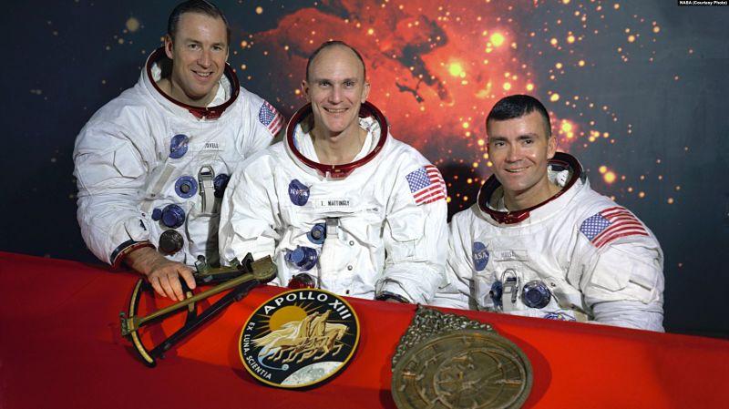 """Echipajul inițial Apollo 13, James A. Lovell - Thomas K. Mattingly - Fred W. Haise, cu însemnele Apollo 13 și un model de sextant și un astrolab, instrumente străvechi de navigație. Mattingly a fost expus rujeolei și a fost înlocuit cu John L. """"Jack"""" Swigert Jr - foto preluat de pe romania.europalibera.org"""