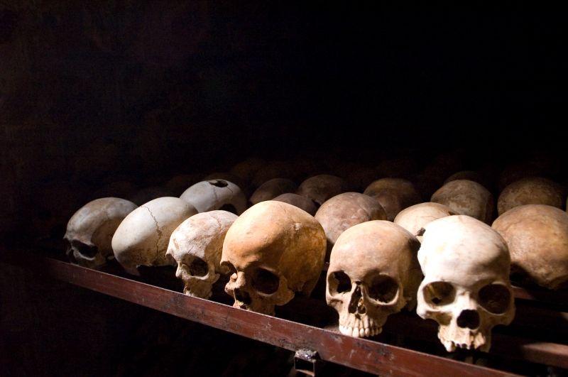 Genocidul din Rwanda (1994) - Cranii ale victimelor, păstrate în Memorialul de la Nyamata - foto preluat de pe ro.wikipedia.org