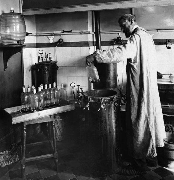 Pasteur experimenting in his laboratory - foto preluat de pe en.wikipedia.org