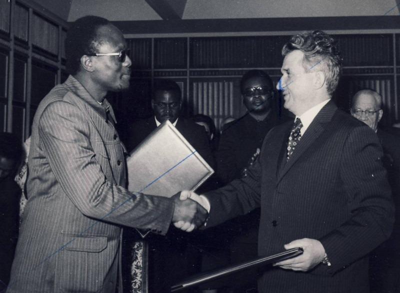 Aprilie 1974. Vizita în Angola a lui N. Ceaușescu, întâlnirea cu Roberto Holden, fondatorul Uniunii Populare Angoleze - foto preluat de pe www.comunismulinromania.ro