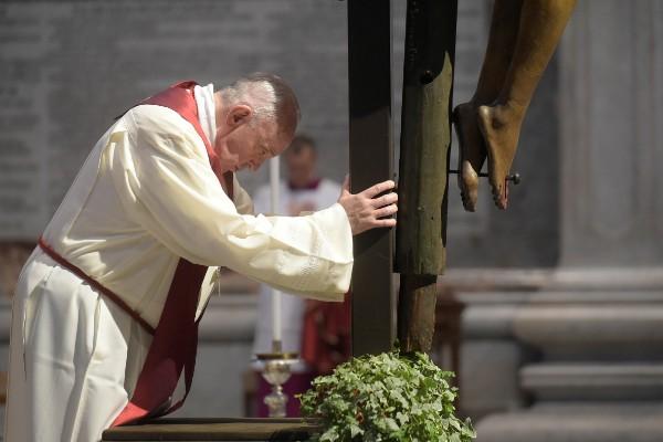 Papa Francisc a condus vineri procesiunea Drumul Crucii în piaţa goală a Bazilicii Sfântul Petru - foto preluat de pe www.facebook.com