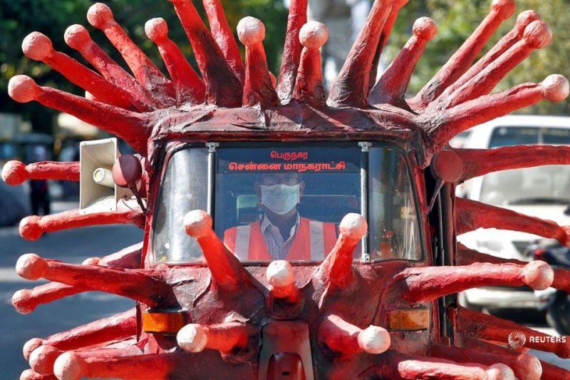 Imaginea zilei în lume: Un bărbat conduce o maşină ce infăţişează coronavirusul cu scopul de a îndemna oamenii să stea acasă pentru a preveni răspândirea virusului, Chennai, India, 23 aprilie 2020. - Foto: (c) P. Ravikumar / REUTERS - preluat de pe www.facebook.com