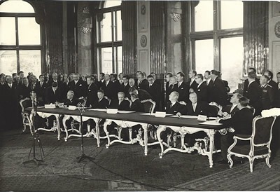 The signing of the Austrian State Treaty by U.S. Secretary of State John Foster Dulles together with the three other foreign ministers of the Allied occupying powers on May 15, 1955 - foto preluat de pe www.austrianinformation.org/