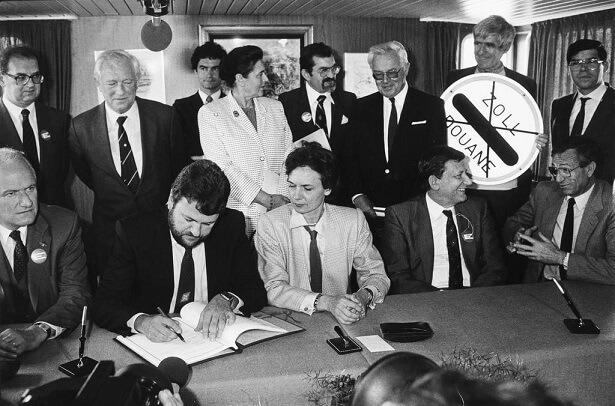 14 June 1985 – signing the Schengen Agreement: Catherine Lalumière (France), Waldemar Schreckenberger (Germany), Paul De Keersmaeker (Belgium), Robert Goebbels (Luxemburg) & Wim van Eekelen (Netherland) - foto preluat de pe www.schengenvisainfo.com