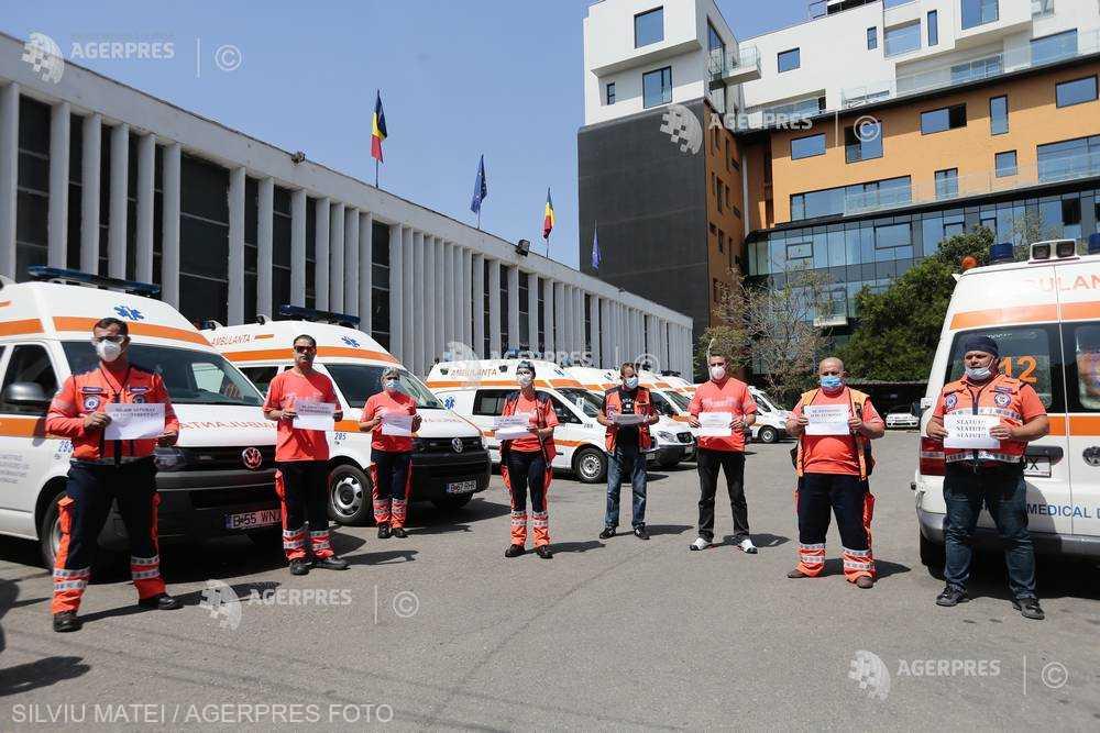 Angajaţii serviciilor de ambulanţă au protestat şi şi-au comemorat colegii decedaţi în timpul pandemiei de COVID-19 (10 iunie 2020) - foto preluat de pe www.agerpres.ro