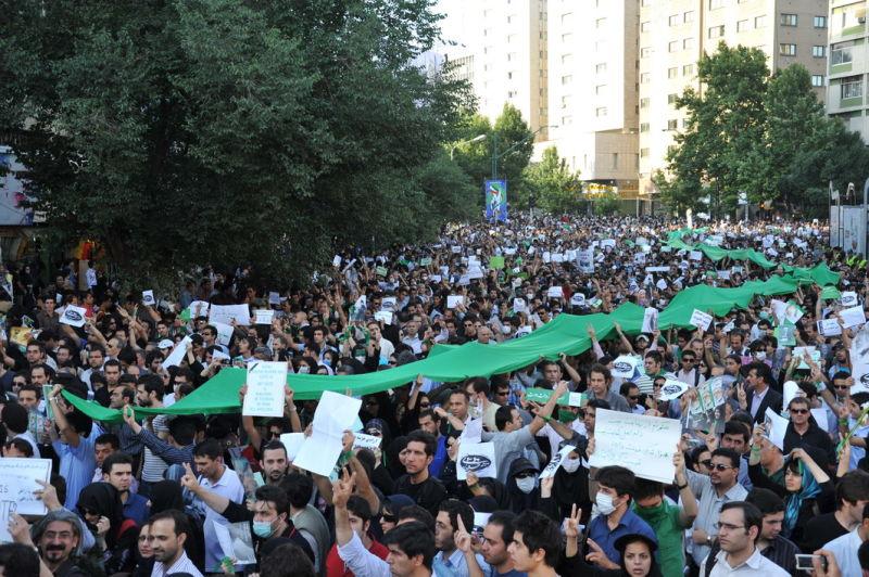 Proteste împotriva rezultatelor alegerilor pe străzile Teheranului, la 16 iunie 2009 - foto preluat de pe ro.wikipedia.org
