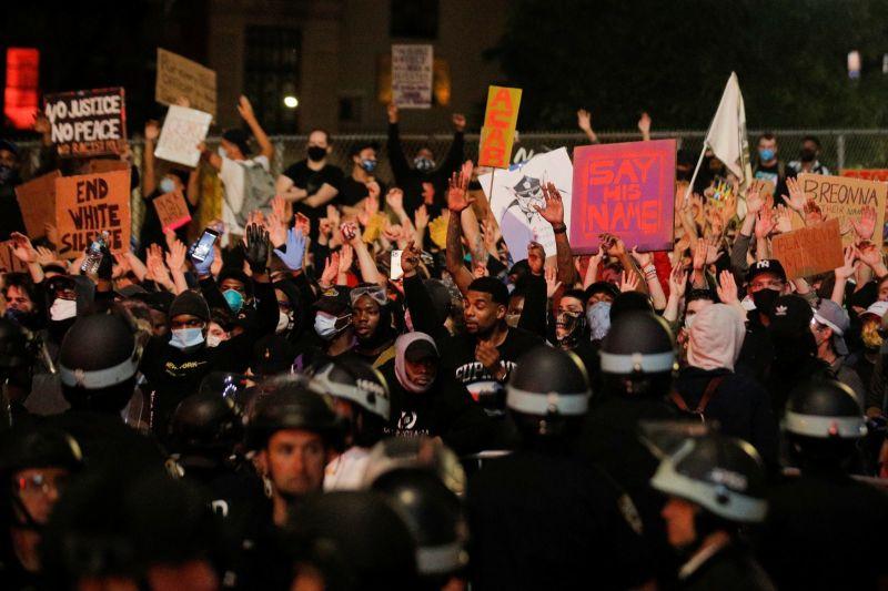 Manifestările împotriva rasismului au continuat marţi în SUA (2 iunie 2020) Foto: (c) Brendan McDermid/REUTERS
