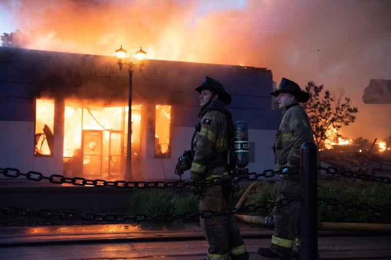 Protestele din Minneapolis din 2020 - Pompieri privind daunele din Minneapolis în după-amiaza zilei de 28 mai - foto preluat de pe ro.wikipedia.org