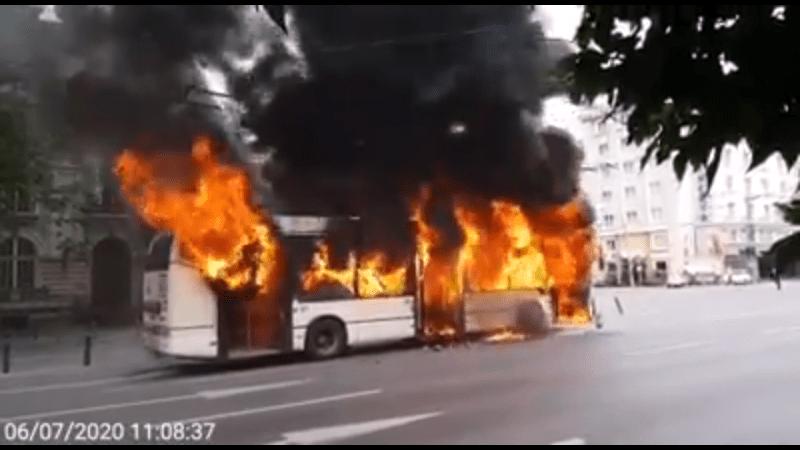 Troleibuz în flăcări în Capitală (7 iunie 2020) - foto captura video