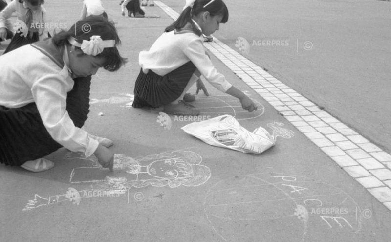 Imagini din arhiva AGERPRES: Un grup de copii participă la un concurs de desene pe asfalt, cu ocazia marcării Zilei Internaţionale a Copilului, Parcul Tineretului, Bucureşti, 1989. #DescoperăARHIVA AGERPRES Foto: (c) SORIN LUPŞA AGERPRES FOTO