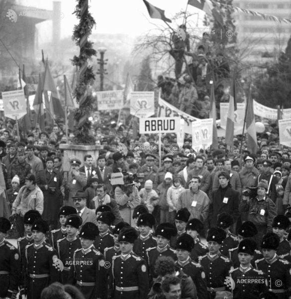 Marcarea pentru prima data a Zilei Naţionale a României, la 1 Decembrie 1990; mulţime la Alba Iulia. Foto: (c) ILIE BUMBAC/ARHIVA ISTORICĂ AGERPRES
