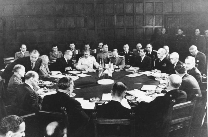 A conference session including Clement Attlee, Ernest Bevin, Vyacheslav Molotov, William D. Leahy, Joseph E. Davies, James F. Byrnes, and Harry S. Truman - foto preluat de pe en.wikipedia.org