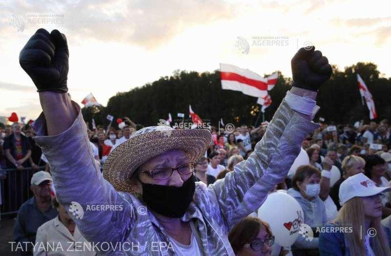 Belarus: Zeci de mii de persoane la un miting al opoziţiei, cu o săptămână înaintea alegerilor (30 iulie 2020) - foto preluat de pe www.agerpres.ro