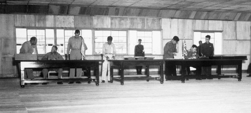 Delegates sign the Korean Armistice Agreement in P'anmunjŏm - foto preluat de pe en.wikipedia.org