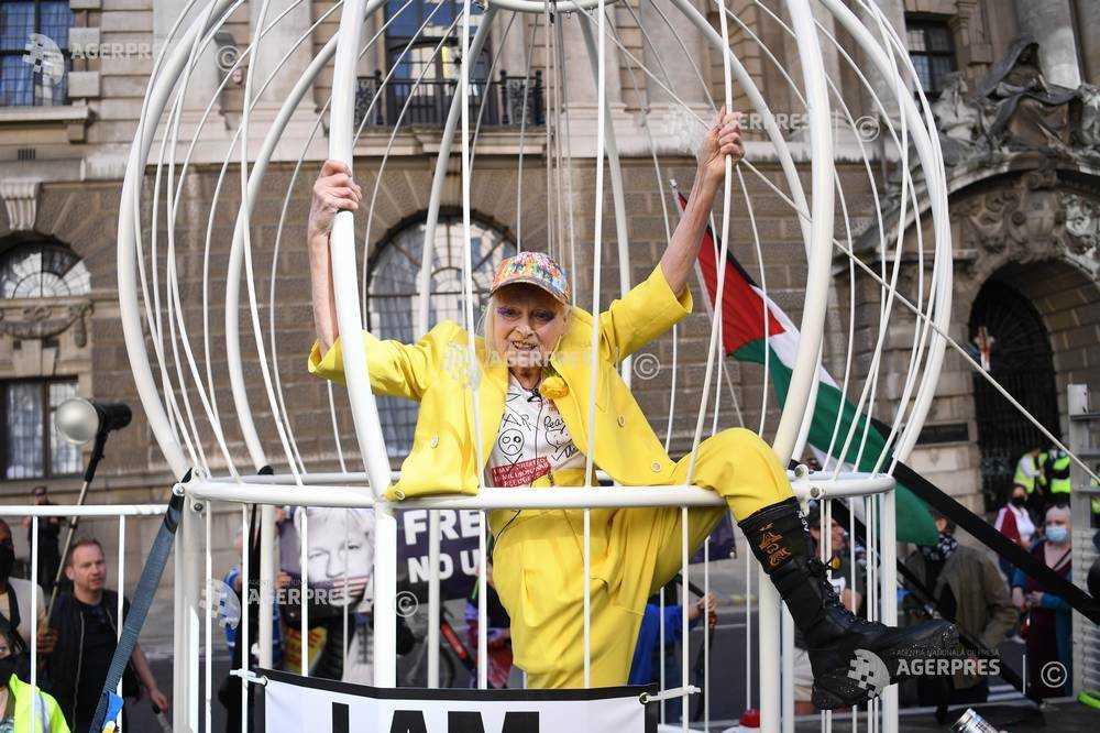 Vivienne Westwood, suspendată într-o cuşcă în cadrul unui protest pentru eliberarea lui Assange (21 iulie 2020) - Foto: (c) NEIL HALL / EPA, preluat de pe www.agerpres.ro